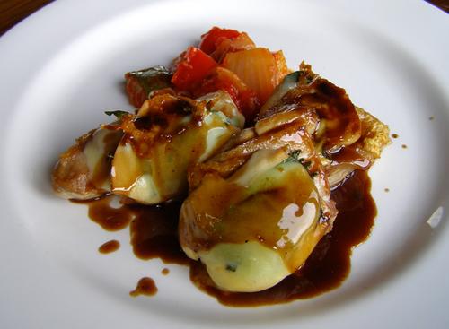 地鶏とスカモルツァチーズのロースト バルサミコソース
